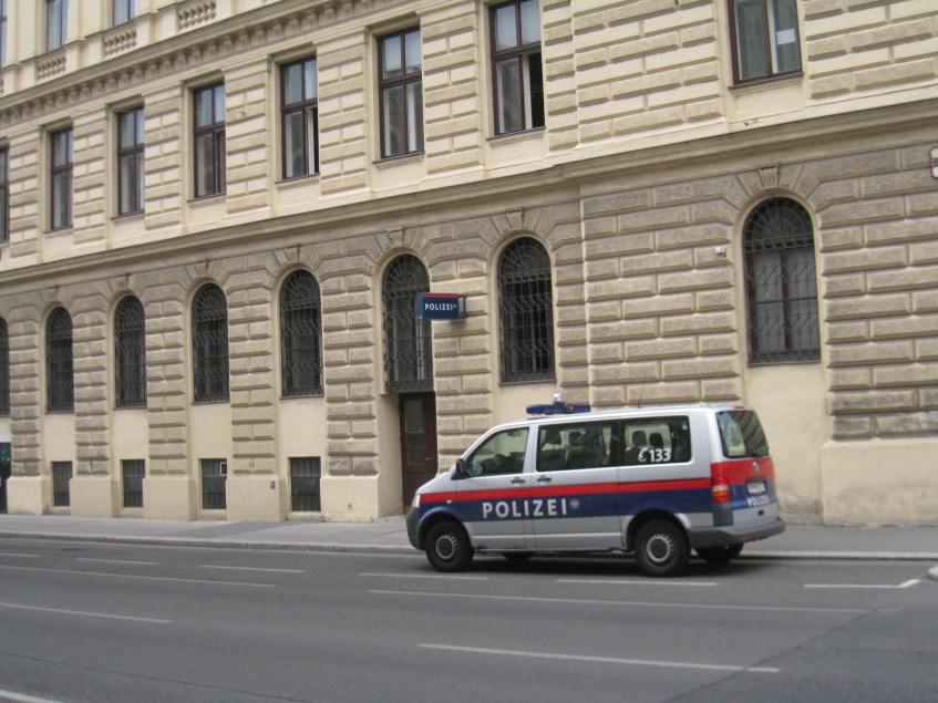 Polizei/Police for Inauthenticity?
